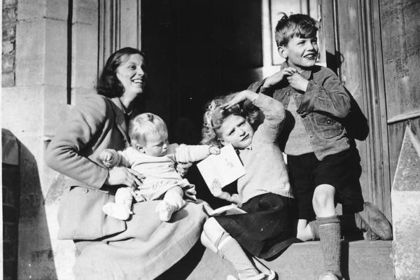 Dorothy Hodgkin image with her children